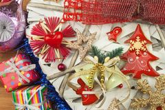 Temps de Noël Décorations pour les présents Ornements de Noël sur un conseil en bois Ornements faits maison de Noël Image libre de droits