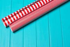 Temps de partie d'emballage cadeau de Noël avec le papier coloré, arcs de ruban, ciseaux a Photos libres de droits