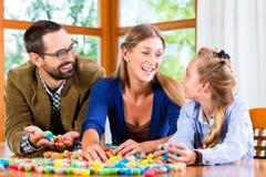 Temps de qualité de dépense de famille jouant ensemble Images stock