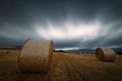 Temps de récolte, balles de paille dans un jour nuageux chez Gordoa, Alava Photos stock