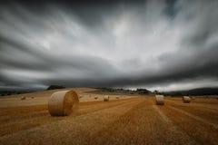 Temps de récolte, balles de paille dans un jour nuageux chez Gordoa, Alava Photos libres de droits