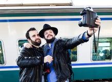 Temps de Selfie ! Vloggers documentent leurs vacances avec des images analogues Photo libre de droits