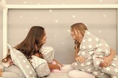 Temps de Sleepover pour le combat d'oreiller Id?es de partie de sleepover de filles Filles de Soulmates ayant la partie de sleepo photo stock