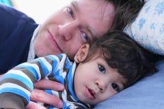 Temps de sommeil avec mon papa Image stock
