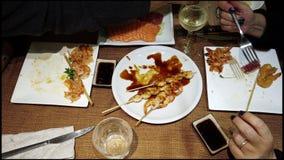 Temps de sushi ! Un dîner japonais savoureux dans la temps-faute avec beaucoup de cours est typiques clips vidéos