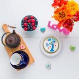 Temps de thé avec les biscuits faits maison et amour de jour de valentines Images stock