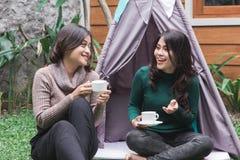 Temps de thé dans l'arrière-cour Deux amis Image libre de droits