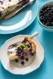 Temps de thé Gâteau au fromage fait maison de myrtille avec du fromage de ricotta sur le fond de papier bleu photos stock