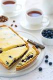Temps de thé Gâteau au fromage fait maison de myrtille, tasses de thé, écrous et baie photo libre de droits