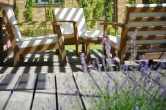 Temps de thé de style de la Provence dans la terrasse moderne su de jardin d'arrière-cour images libres de droits