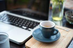 Temps de travail café chaud, espesso avec l'ordinateur portable Concept d'affaires photo stock