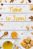 Temps de typographie de nourriture de bloquer avec des biscuits sur le fond rustique en bois blanc Photo libre de droits