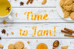 Temps de typographie de nourriture de bloquer avec des biscuits sur le fond rustique en bois blanc Photos stock