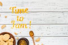 Temps de typographie de nourriture de bloquer sur le fond rustique en bois blanc Image libre de droits