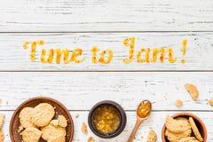 Temps de typographie de nourriture de bloquer sur le fond rustique en bois blanc Photos stock