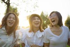 Temps de vacances asiatique d'émotion de bonheur d'amie de la femme trois photo stock