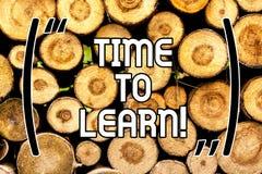 Temps des textes d'écriture d'apprendre La signification de concept obtiennent de nouvelles connaissances ou compétence éducative photo stock