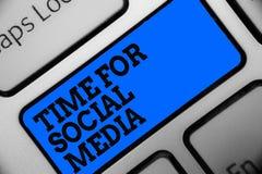 Temps des textes d'écriture de Word pour le media social Concept d'affaires pour rencontrer de nouveaux amis discutant les sujets Photographie stock