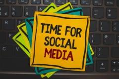 Temps des textes d'écriture de Word pour le media social Concept d'affaires pour rencontrer de nouveaux amis discutant des sujets Photos libres de droits