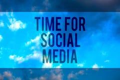 Temps des textes d'écriture pour le media social Signification de concept rencontrant de nouveaux amis discutant les sujets actua Image stock