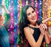 Temps drôle de partie dans le karaoke Image libre de droits