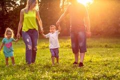 Temps dr?le - famille heureuse jouant sur l'herbe en parc image libre de droits