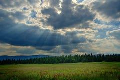 Temps dramatique au-dessus des montagnes géantes Photographie stock