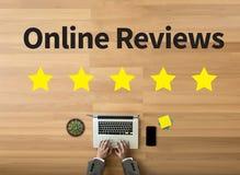 Temps en ligne d'évaluation de commentaires pour l'évaluation d'inspection d'examen photos libres de droits