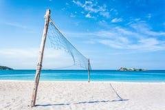 Temps et activité heureux sur la plage image stock