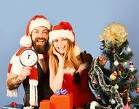 Temps et amour de Noël Couples dans l'amour avec les présents rouges photo libre de droits