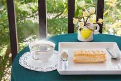 Temps et bonheur de détente avec des tasses de café noir avec le tarte a Image stock