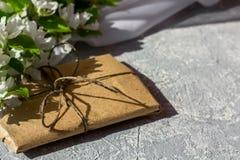 Temps et bonheur de détente avec la tasse de thé avec parmi la fleur fraîche de ressort photographie stock libre de droits