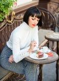 Temps et relaxation agréables Concept gastronome Gâteau gastronome délicieux Brune attrayante de femme manger le café gastronome  images stock