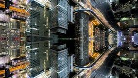 Temps-faute d'imagination d'horizon de ville de Tokyo avec le fusionnement reflété d'immeubles de bureaux banque de vidéos