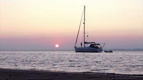 Temps-faute de coucher du soleil et silhouette de bateau chez Ria Formosa Algarve portugal Photo libre de droits