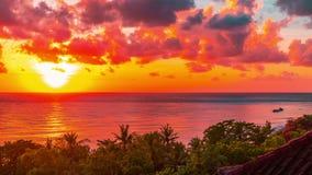 Temps-faute de lever de soleil au-dessus du détroit de Lombok au volcan Rinjani sur l'île de Lombok comme vu de la région d'Amed  banque de vidéos