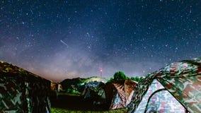 Temps-faute de manière laiteuse et d'étoile se déplaçant à travers le ciel avec des dix et campant le premier plan clips vidéos