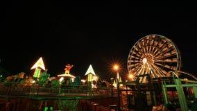 Temps-faute de parc d'attractions la nuit avec la roue de ferris banque de vidéos