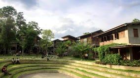 Temps-faute des personnes et de la maison chez Chiang Mai, Thaïlande banque de vidéos