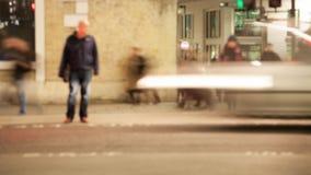 Temps-faute des piétons traversant une route la nuit, Londres, Angleterre banque de vidéos