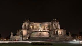 Temps-faute des voitures, des autobus, des touristes et des gens du pays près de Piazza Venezia à Rome, Italie la nuit Verrouillé banque de vidéos