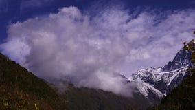temps-faute Nuages dans les montagnes de Caucase 4K clips vidéos
