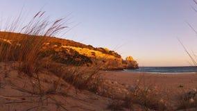 Temps-faute tirée d'une plage avec les roches, le sable, les vagues et les nuages rapides banque de vidéos
