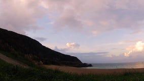 Temps-faute tirée d'une plage avec les roches, le sable, les vagues et les nuages rapides clips vidéos