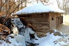 Temps froid de congélation - roue d'eau congelée Images stock