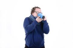 Temps froid, le vent Le type dans le café potable d'écharpe Photos libres de droits