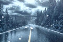 Temps givré et neige en baisse sur une rue photographie stock libre de droits