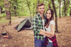 Temps gratuit ensemble Le jeune couple heureux caresse dans les bois, Image libre de droits