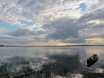 Temps gris brumeux au-dessus d'un pilier rural Photographie stock libre de droits