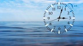 Temps heure d'été DST Horloge murale allant à l'horaire d'hiver Tournez le temps en avant photo libre de droits